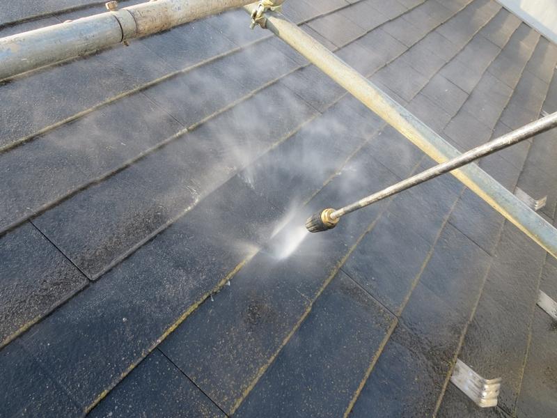 コロニアル屋根 高圧洗浄中
