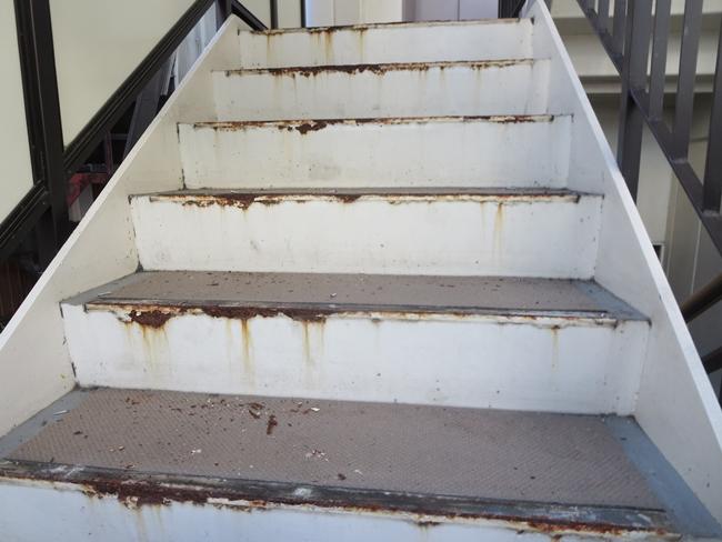 タキステップ5W施工前の階段