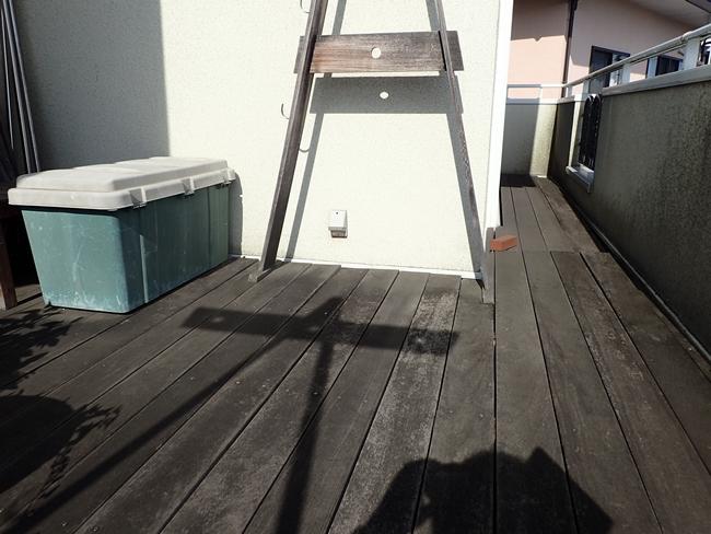FRP工事前のバルコニー床面