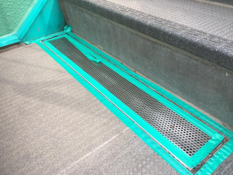 川崎市高津区マンション雨水の溜まる階段 コーキング作業