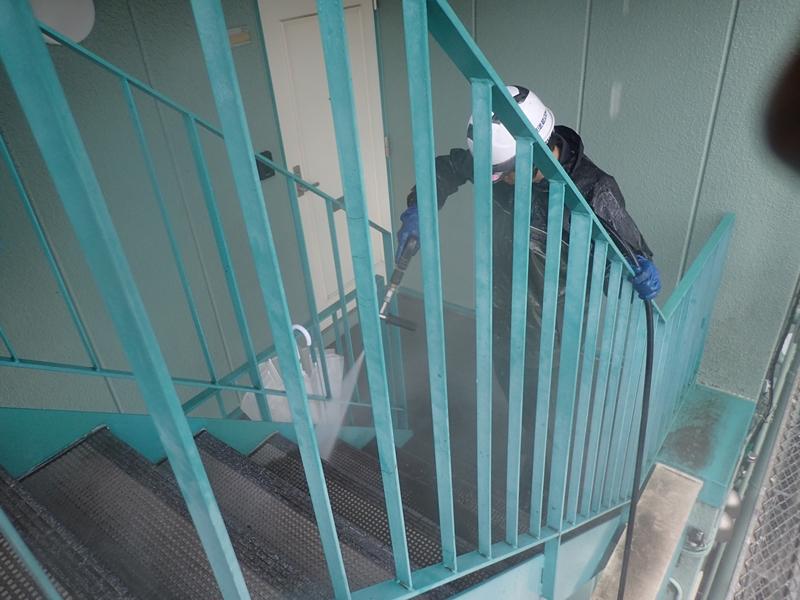 川崎市高津区マンション雨水の溜まる階段 洗浄中