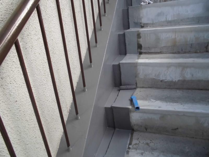 川崎市、横浜市、東京都の塗りかえ専門店佐藤塗装店 マンション階段のタキステップ施工と修繕工事 ウレタン防水