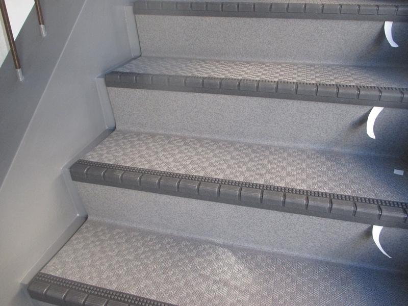 川崎市、横浜市、東京都の塗りかえ専門店佐藤塗装店 マンション階段のタキステップ施工と修繕工事 タキステップ5W張り