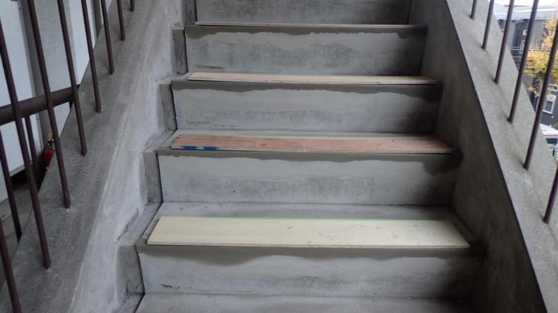 川崎市、横浜市、東京都の塗りかえ専門店佐藤塗装店 マンション階段のタキステップ施工と修繕工事 左官補修