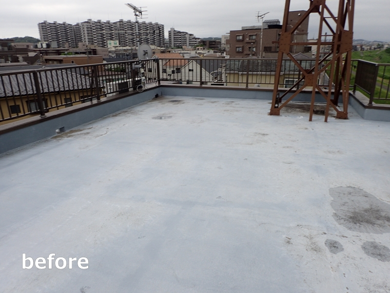 水たまりのできる階段廊下の改修工事 タキステップ6Wと長尺シート防水工事 屋上の防水工事