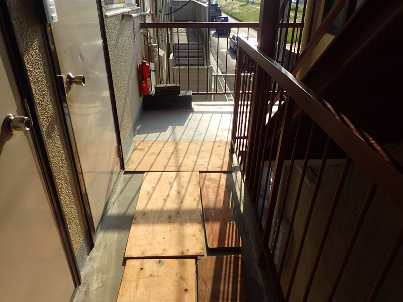 水たまりのできる階段廊下の改修工事 タキステップ6Wと長尺シート防水工事 傾斜補修左官工事