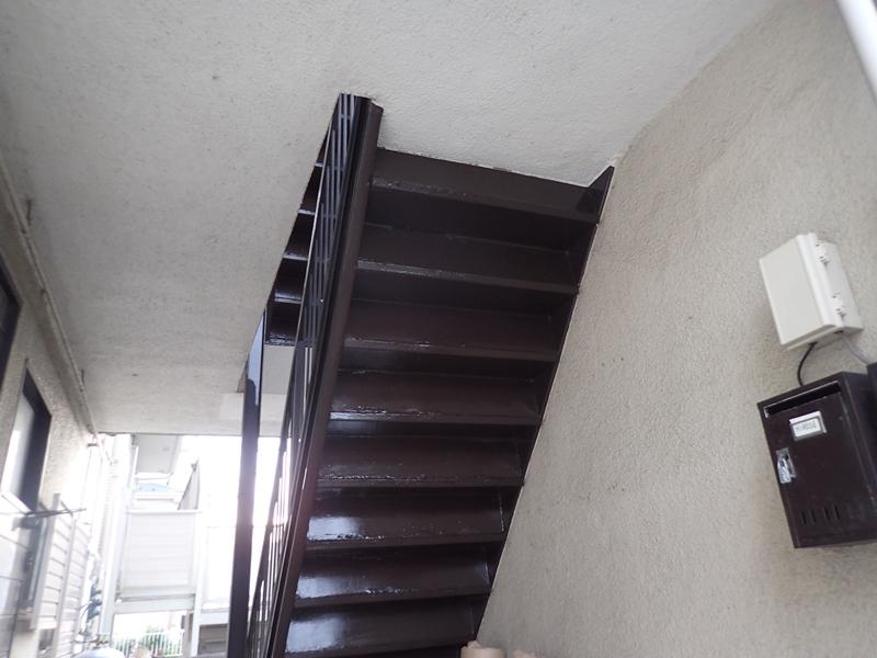 水たまりのできる階段廊下の改修工事 タキステップ6Wと長尺シート防水工事 マンションの階段塗装