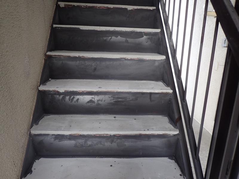 水たまりのできる階段廊下の改修工事 タキステップ6Wと長尺シート防水工事 科マンション階段の塗装