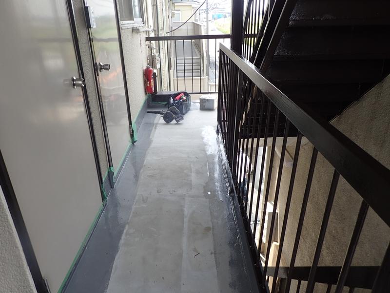 水たまりのできる階段廊下の改修工事 タキステップ6Wと長尺シート防水工事施工