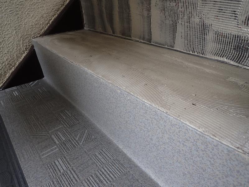 水たまりのできる階段廊下の改修工事 タキステップ6Wと長尺シート防水工事 RAステップ6W施工中
