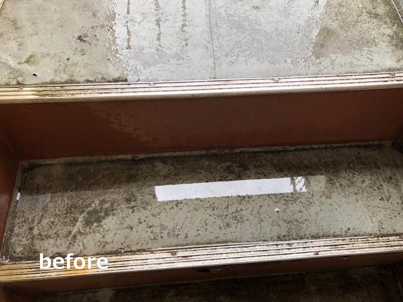 水たまりのできる階段廊下の改修工事 タキステップ6Wと長尺シート防水工事 水たまりの状態